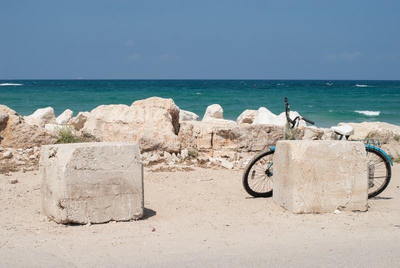 Jechać na rowerze na biel plaży blisko pięknego błękitnego morza, Caesarea, Izrael zdjęcia stock