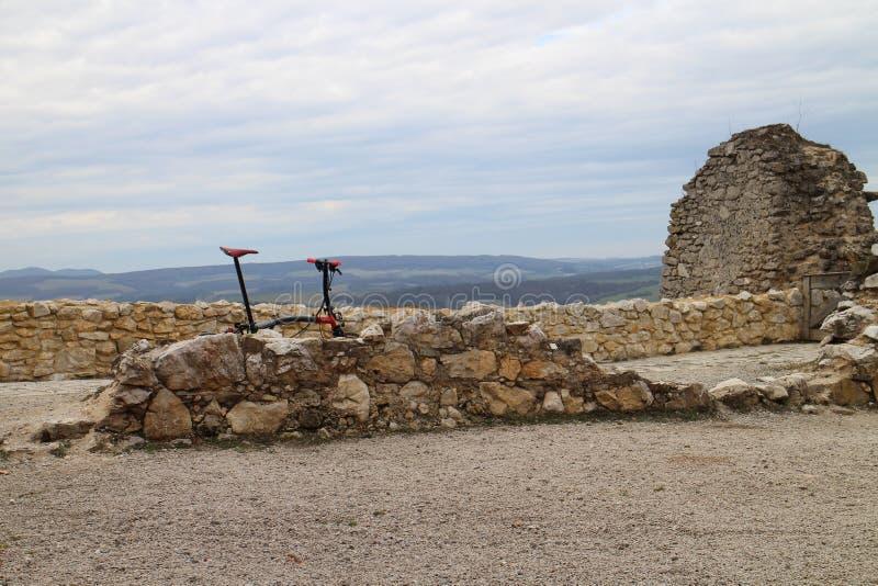 Jechać na rowerze na kasztelu hrabiny Elisabeth BÃ ¡ thory, ÄŒachtice fotografia stock