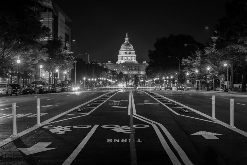 Jechać na rowerze pas ruchu na Pennsylvania Avenue i Stany Zjednoczone Capitol przy nocą, w Waszyngton, DC fotografia royalty free
