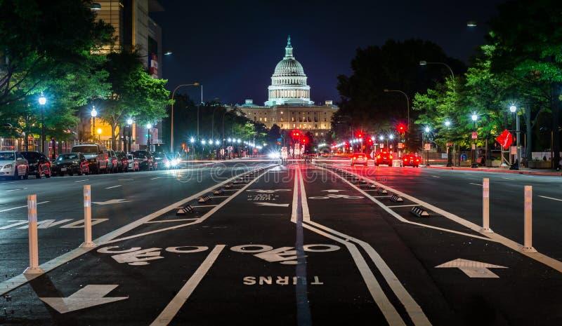 Jechać na rowerze pas ruchu na Pennsylvania Avenue i Stany Zjednoczone Capitol przy nocą, w Waszyngton, DC obraz stock