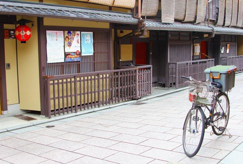 Jechać na rowerze pudełko parkujących antycznych drewnianych budynki, Gion, Kyoto, Japonia zdjęcia stock