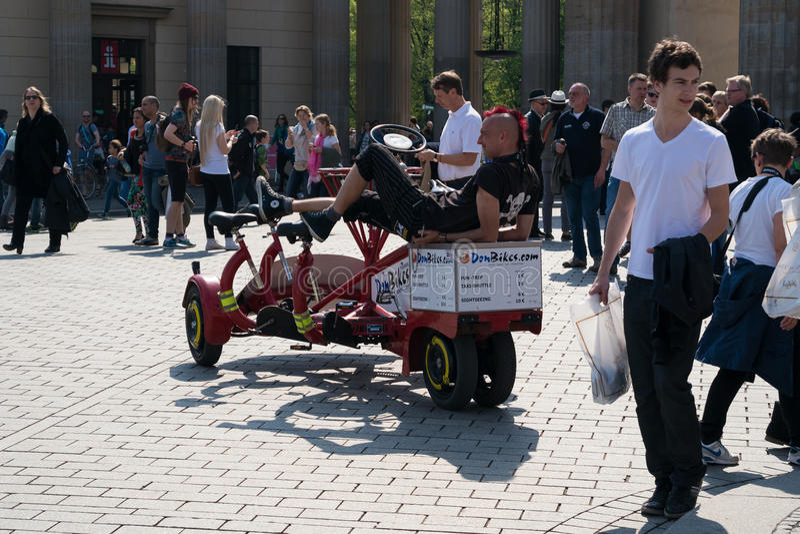 Jechać na rowerze w Berlin wraz z przyjaciółmi na niezwykłym bicyklu. fotografia royalty free