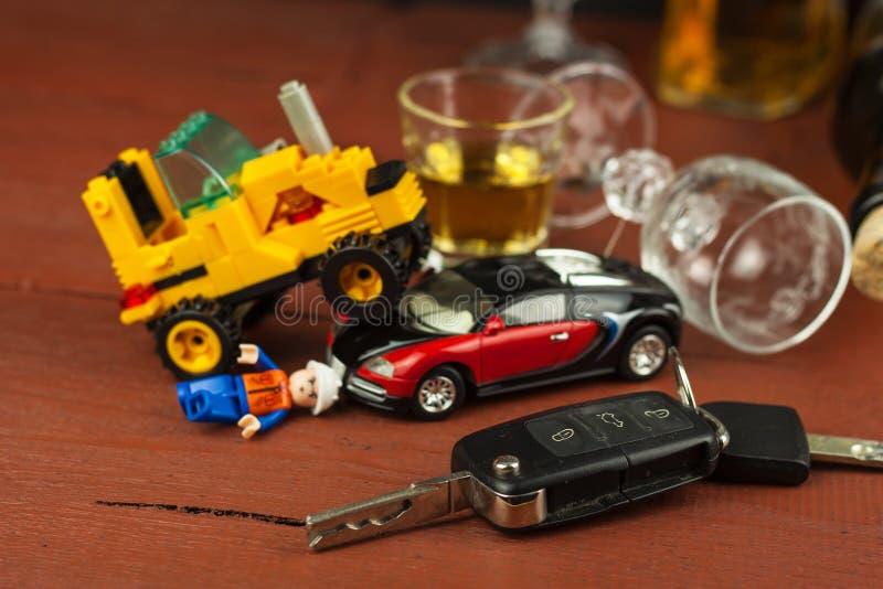 Jechać pod wpływem alkoholu niebezpieczna przejażdżka Alkohol za kołem Chmielny kierowca zdjęcie stock