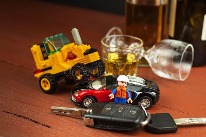 Jechać pod wpływem alkoholu niebezpieczna przejażdżka Alkohol za kołem Chmielny kierowca zdjęcia stock