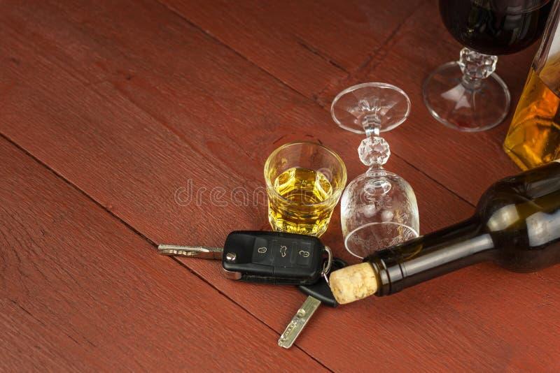 Jechać pod wpływem alkoholu niebezpieczna przejażdżka Alkohol za kołem Chmielny kierowca zdjęcie royalty free