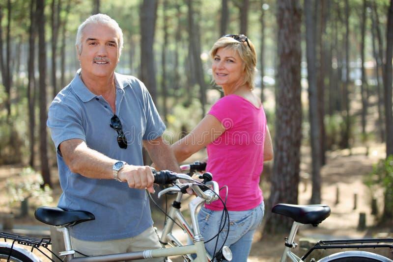 jechać rower para jedzie obraz stock