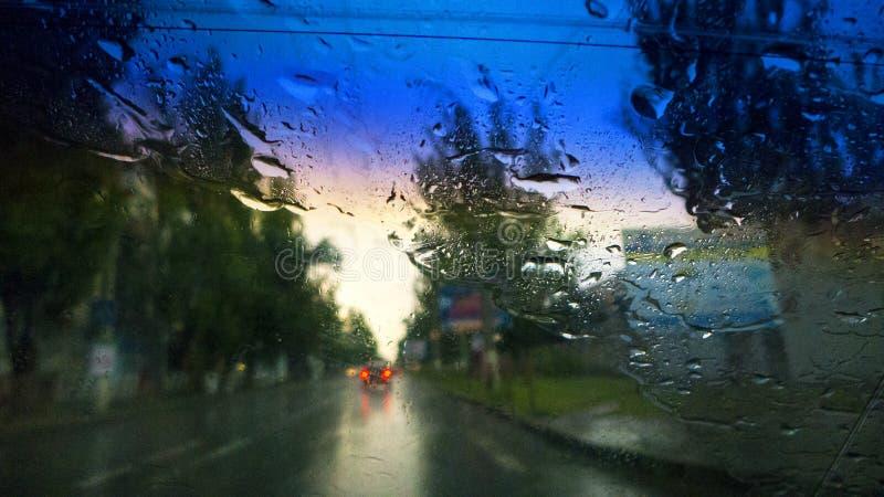 Jechać w samochodzie w deszczu obraz stock