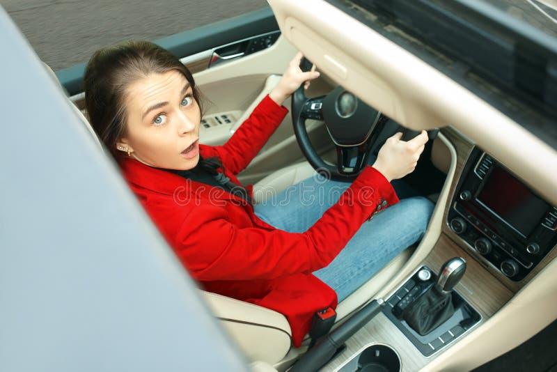Jechać wokoło miasta Młoda atrakcyjna kobieta jedzie samochód obrazy stock