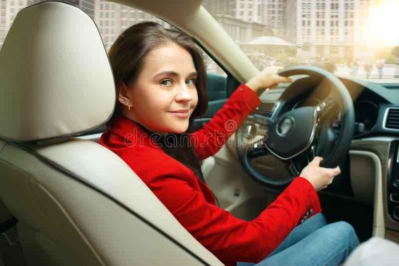 Jechać wokoło miasta Młoda atrakcyjna kobieta jedzie samochód zdjęcia stock