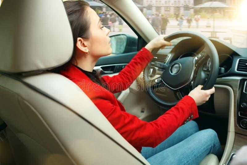 Jechać wokoło miasta Młoda atrakcyjna kobieta jedzie samochód zdjęcie stock