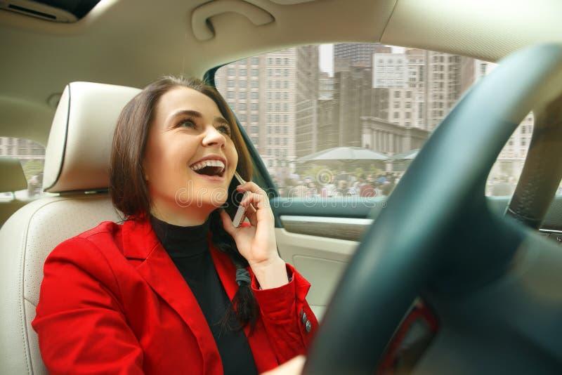 Jechać wokoło miasta Młoda atrakcyjna kobieta jedzie samochód fotografia stock