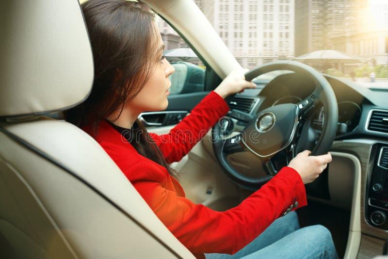 Jechać wokoło miasta Młoda atrakcyjna kobieta jedzie samochód fotografia royalty free