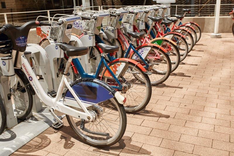 Jecha? na rowerze dost?pnego dla czynszu w W centrum Denver, Kolorado obraz stock