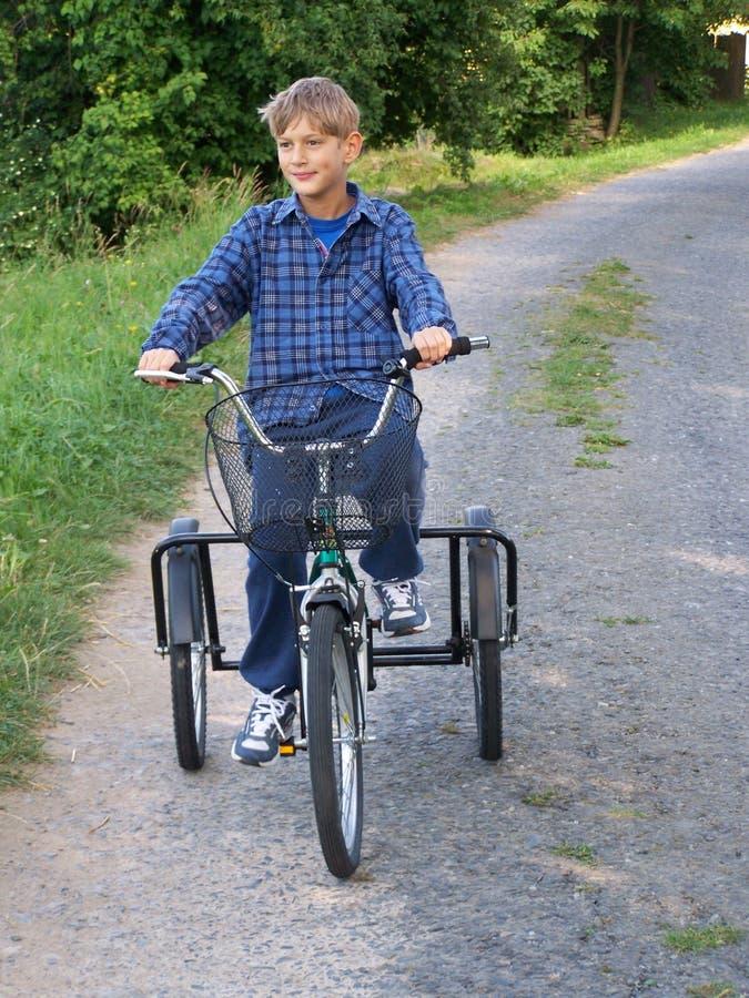 Download Jechać na rowerze najpierw obraz stock. Obraz złożonej z chłopiec - 22053331