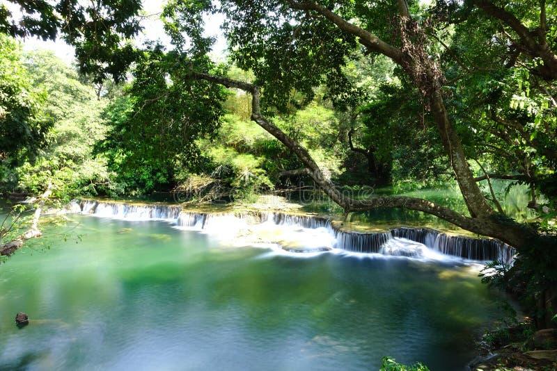 Jed圣地Noi瀑布在Saraburi 免版税库存图片