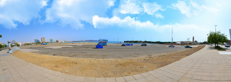 Jeddah Cornish σε Hamra με τα άσπρα σύννεφα στοκ εικόνες