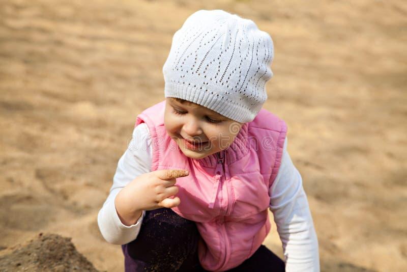 Jeden ładna dziewczyna bawić się z piaskiem obrazy stock