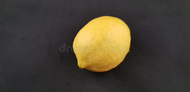 Jeden świeża żółta cytryny owoc odizolowywająca obrazy royalty free