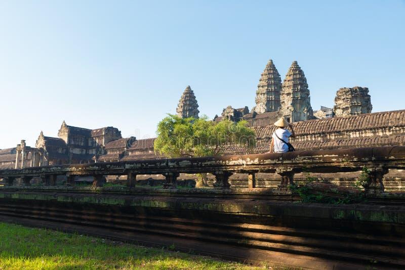 Jeden Angkor turystyczne odwiedza ruiny wśród dżungli, Angkor Wat świątynny kompleks, podróży miejsce przeznaczenia Kambodża Kobi obraz stock