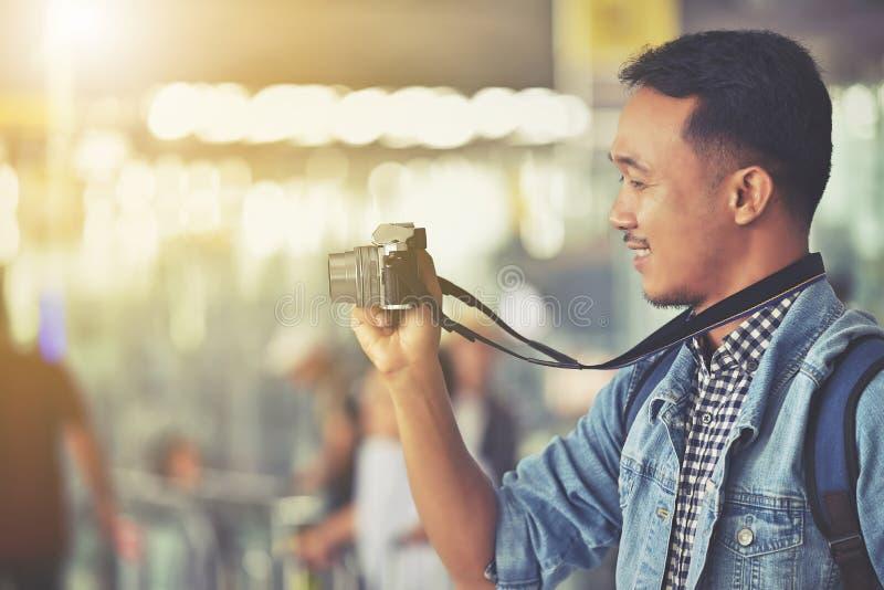 Jeden Azjatycki męski turysta ma dobrego czas z fotografią wewnątrz zdjęcia royalty free