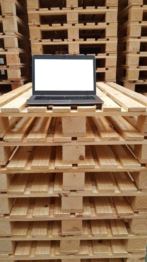 Jeden biały laptopu monitoru ekran dla magazynu personelu na brogować drewnianego barłóg, pracujący warunek, dekoracja obrazy stock