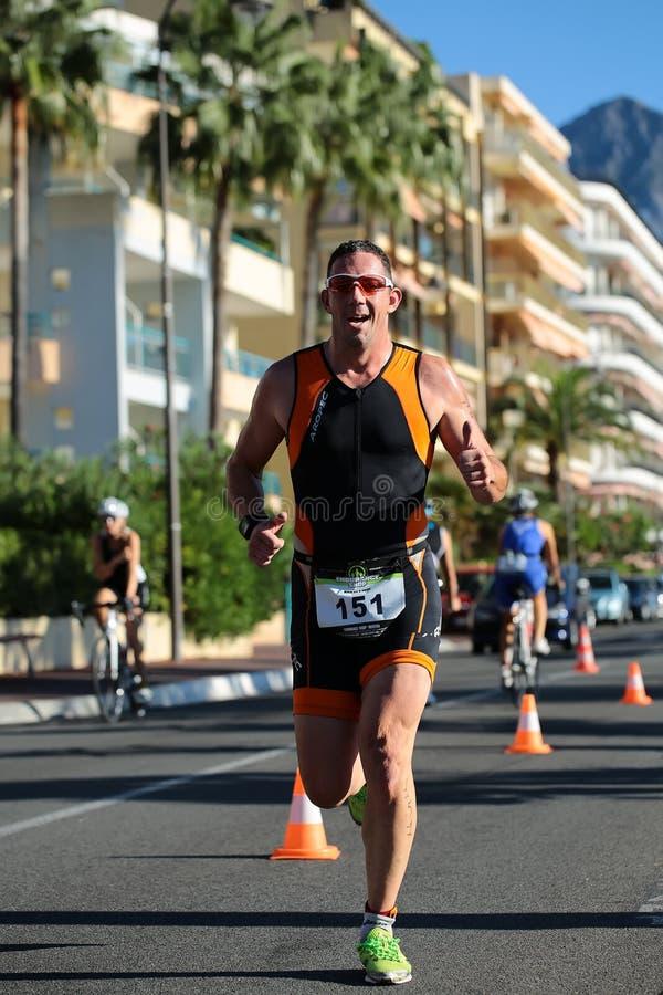 Jeden biegacz naprzód w okularach przeciwsłonecznych zdjęcia royalty free