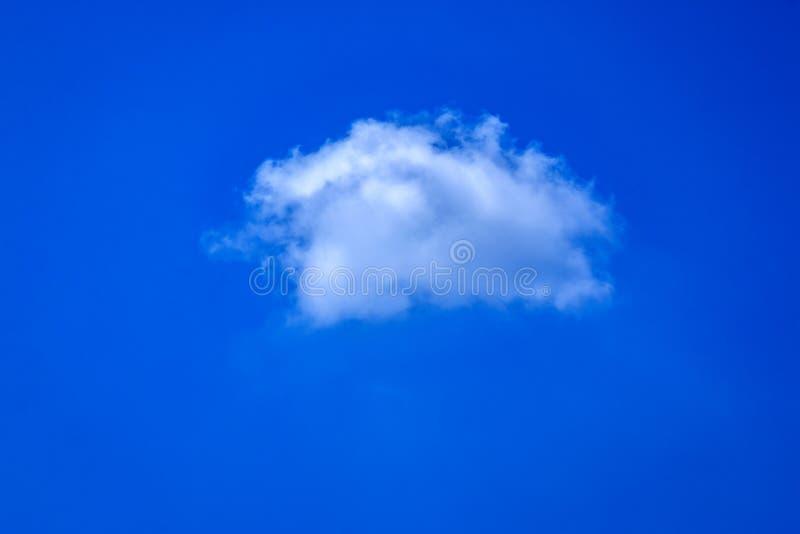 Jeden biel chmura w niebieskim niebie fotografia stock