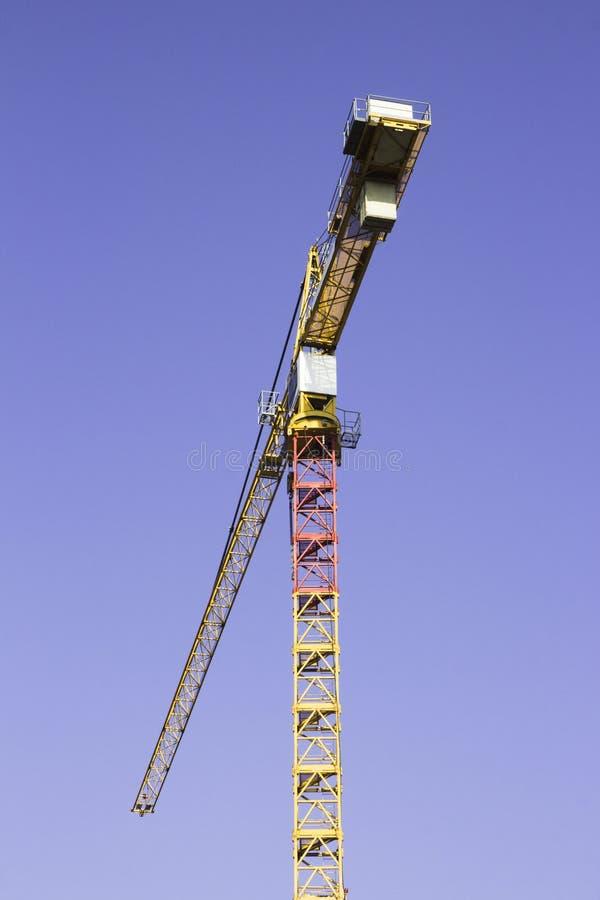 Jeden budowy duzi żółci żurawie na niebieskiego nieba tle zdjęcia stock