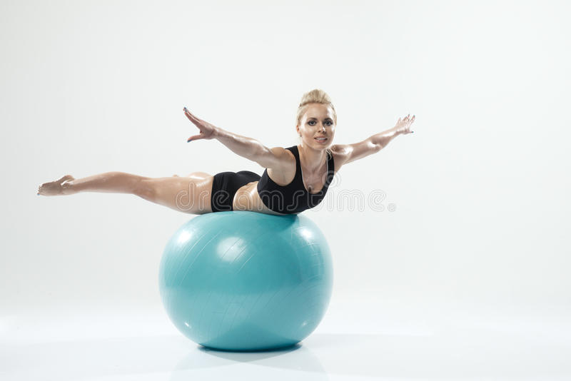 Jeden caucasian kobieta ćwiczy sprawność fizyczną zdjęcia royalty free