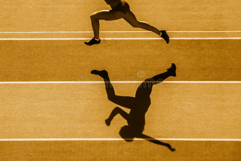Jeden caucasian kobieta biegacza jogger bieg w sylwetce na stadium tle Żółty koloru filtr zdjęcia royalty free