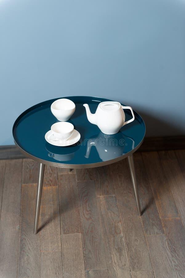 Jeden ceramiczny czajnik i dwa ceramicznego herbata kubka zdjęcie stock