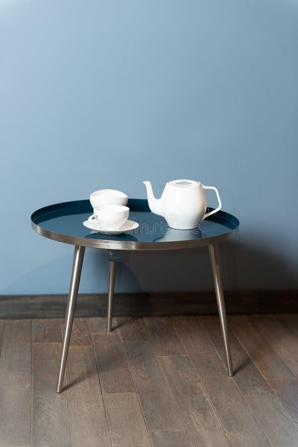 Jeden ceramiczny czajnik i dwa ceramicznego herbata kubka zdjęcia royalty free