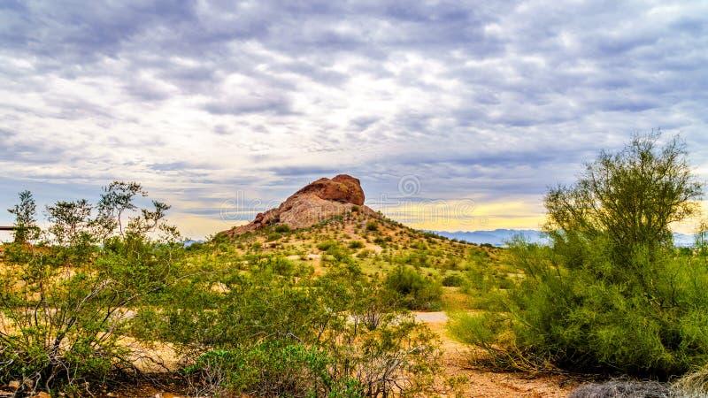 Jeden czerwonego piaskowa buttes Papago park blisko Phoenix Arizona pod chmurnym niebem obrazy stock