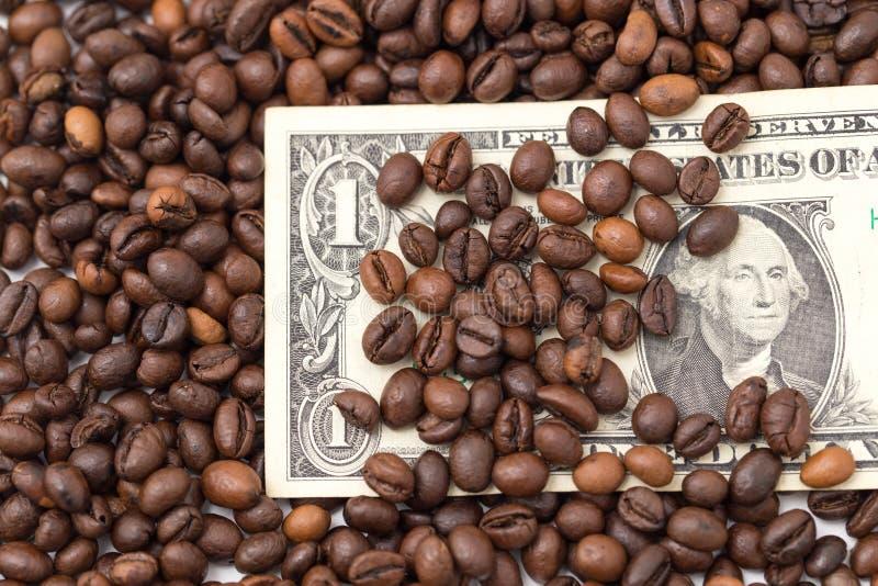 Jeden dolar w kawowych fasolach zdjęcia stock