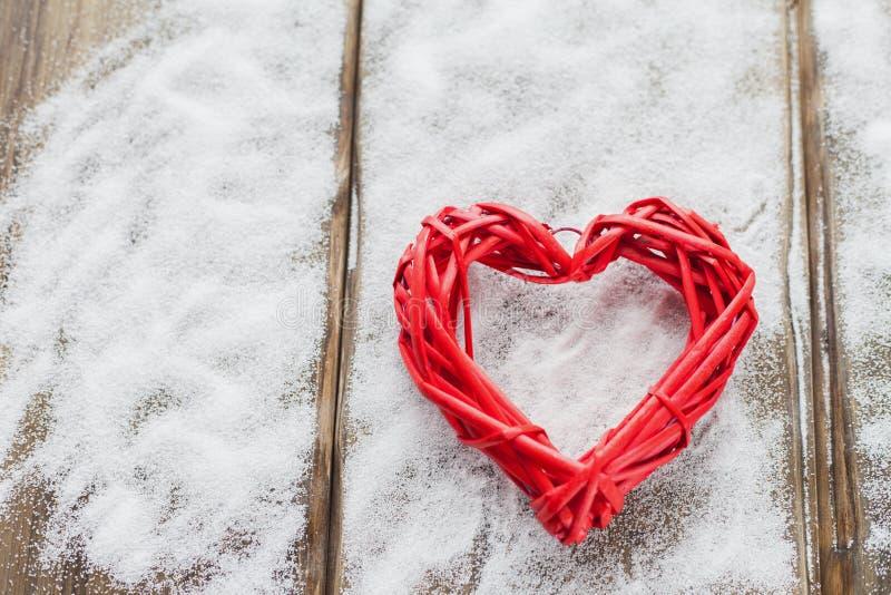 Jeden duży czerwony serce na tle drewniane deski, walentynki ` s dzień wakacje miłość fotografia royalty free