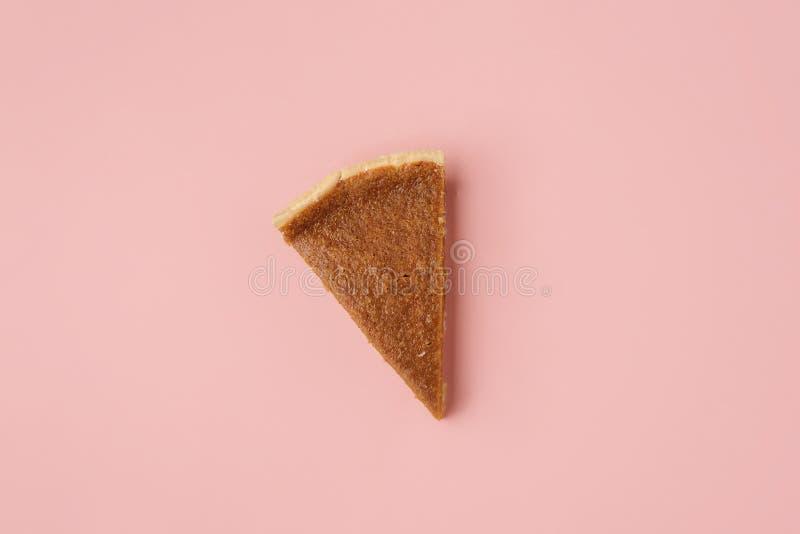 Jeden dyniowy kulebiak na różowym tle Ostatni pasztetowy plasterek zdjęcia stock