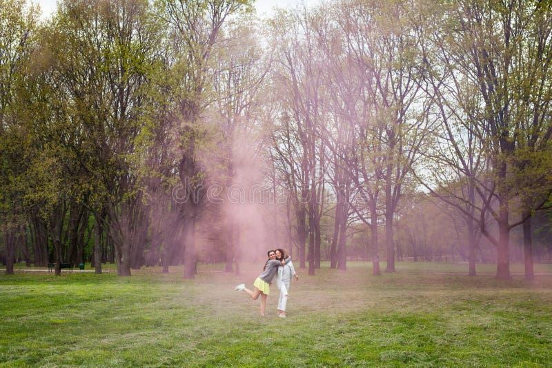 Jeden dziewczyna ściska inną pozycję w parku obraz royalty free