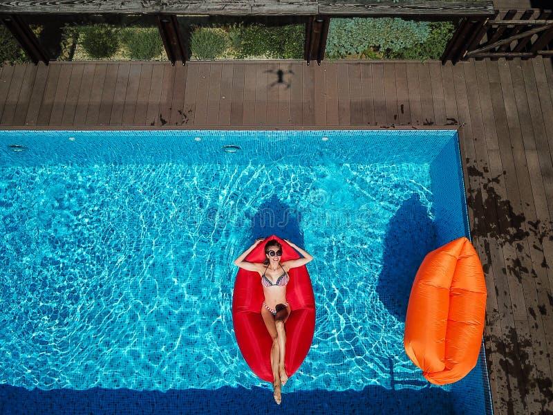 Jeden dziewczyna pływa w basenie obrazy royalty free