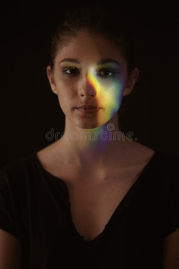Jeden dziewczyna portret, twarzy głowa, graniastosłupa światło w kolorową tęczę dyspersja zdjęcie royalty free