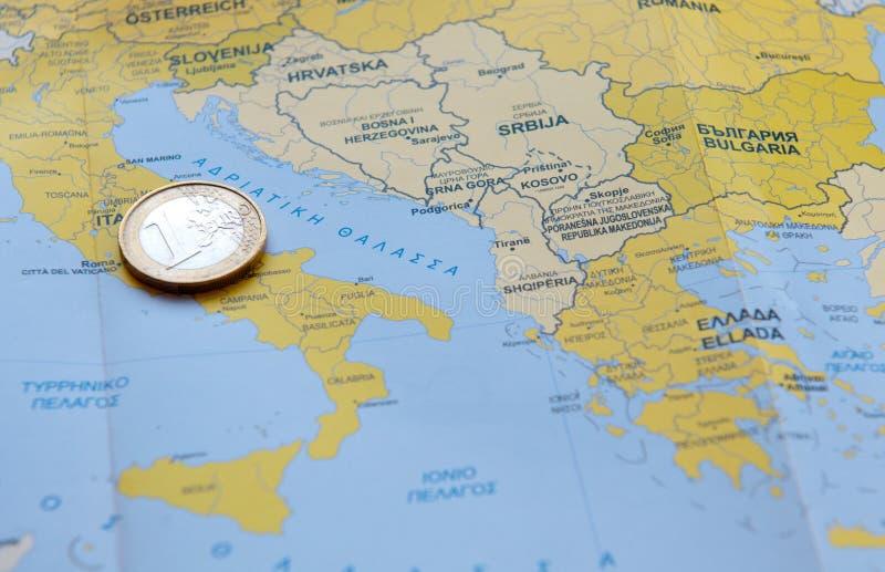 Jeden euro moneta na Europejskiej mapie fotografia royalty free