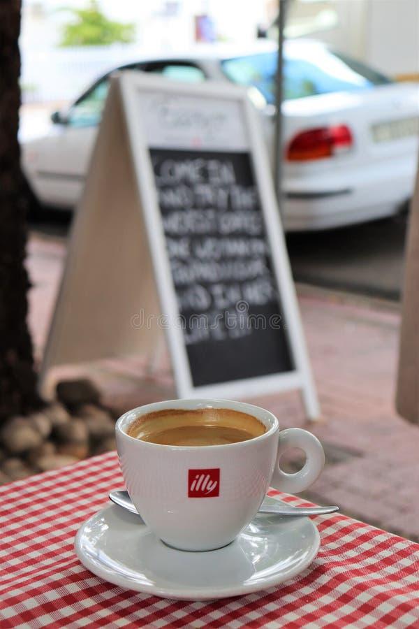 Jeden filiżanka czarna kawa na plenerowej kawiarni fotografia royalty free