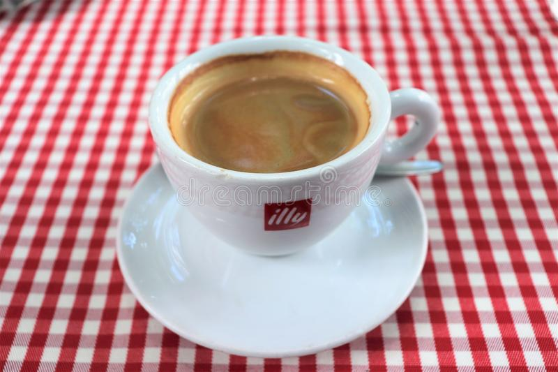 Jeden filiżanka czarna kawa na plenerowej kawiarni obrazy royalty free