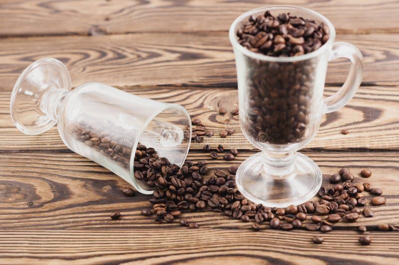 Jeden folował smażyć kawowe fasole szklane dla rozmyślającego wina blisko kawowych fasoli nalewać z szkła fotografia royalty free