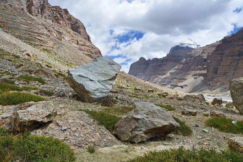 Jeden geoglyphs przeciw po?udniowej twarzy g?ra Kailas Kailash w chmurnej pogodzie Tybet, Chiny fotografia stock
