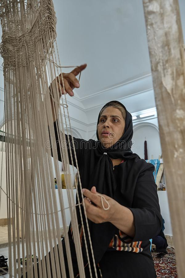 Jeden irański kobieta tkacz robi perskiemu dywanikowi w warsztacie, Yazd obrazy royalty free