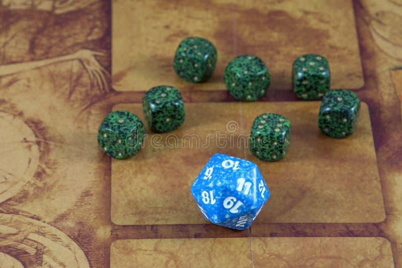Jeden jaśni błękitni kostka do gry z siedem zielenią dices zdjęcie royalty free