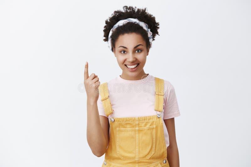 Jeden jest dla mój prawdziwej miłości Portret powabny atrakcyjny żeński klient w żółtych kombinezonach i ślicznym kapitałka seans zdjęcie royalty free