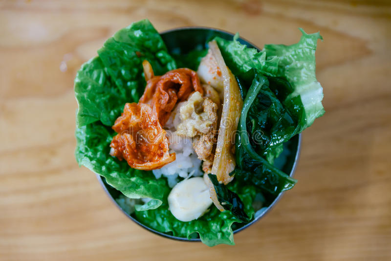 Jeden kąsek Bulgogi Je Piec na grillu mięso z warzywem i Kimchi obraz stock