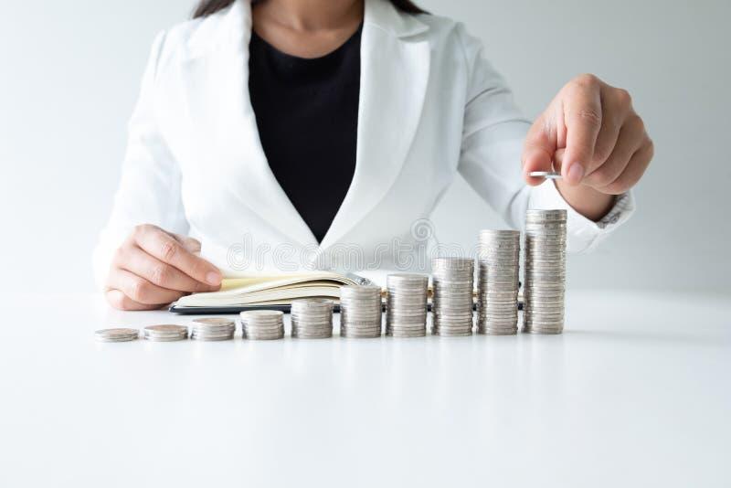 Jeden kobiety kładzenia moneta na przyroscie ukuwa nazwę wykres w białym kostiumu, podchodzi sukces, narastającego biznes i oszcz obrazy royalty free