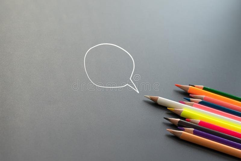 Jeden komunikacja głosowa, jeden głosowanie wybory, białego koloru ołówkowy prowadzenie inny dzieli pomysł na czarnym tle z kopii obrazy stock